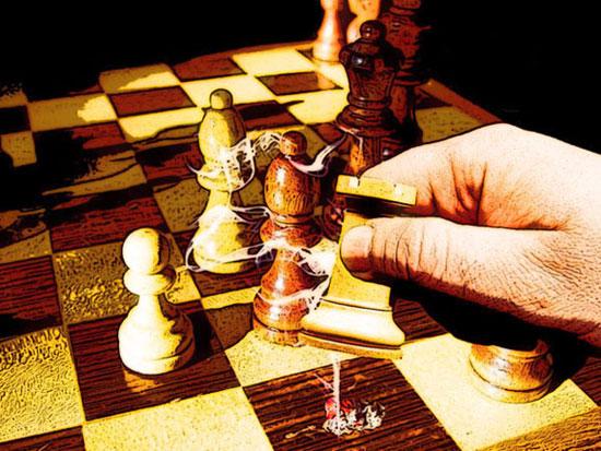 La torre apaga la brasa del cigarro sobre el tablero de ajedrez. Antón Busto