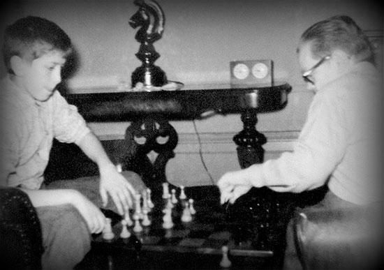 Joven Bobby Fischer y Jack Collins jugando ajedrez en su casa c 1956-1958