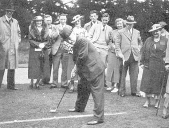 Lasker jugando al golf, Vera en el extremo derecho
