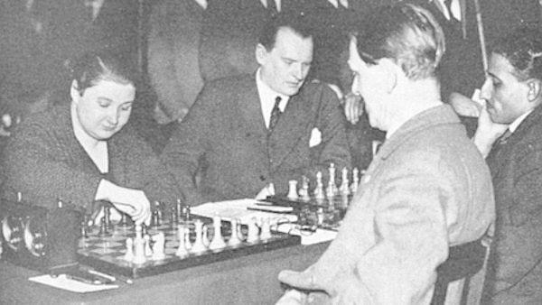 Vera Menchik juega con Geza Maroczy en Londres en 1932