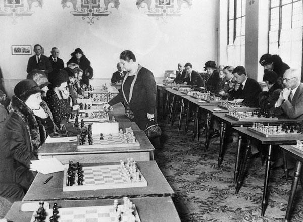Vera en 1931, en Londres en a una exhibición contra veinte ajedrecistas