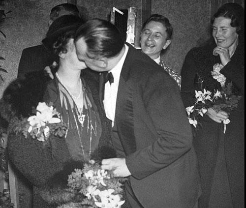Alekhine besa a su esposa Grace tras recobrar su título mundial Holanda 1937