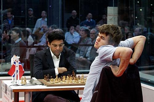 Bilbao R 9 Magnus estirándose en su partida con Anand