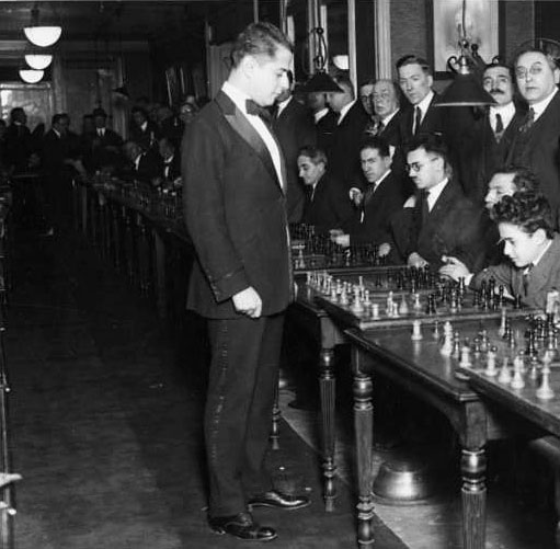 Capablanca dando simultáneas en Manhattan Chesss Club 1922