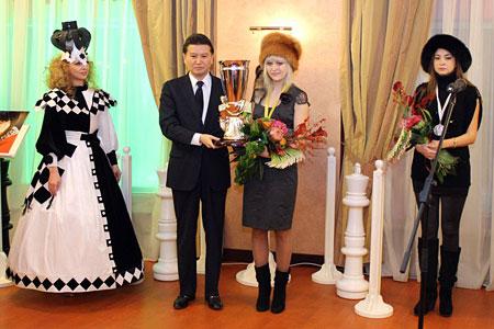 Ceremonia de clausura Iljumzhinov y la campeona Anna Ushenina