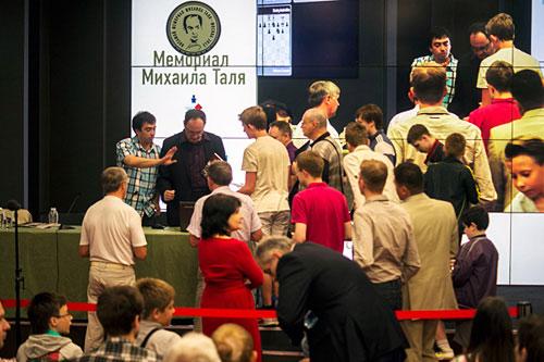 Gelfand vencedor firmando autógrafos tras la conferencia de prensa