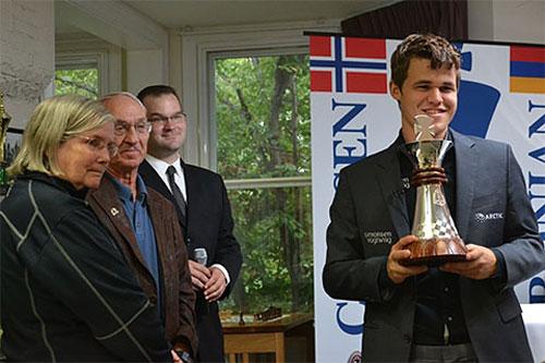 Jeanne Sinquefield, Rex Sinquefield, Director del torneo Tony Rich y Magnus Carlsen en la clausura