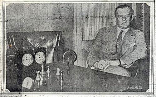 La Prensa 30 de noviembre de 1927 Alekhine junto al tablero y la posición de la última partida.