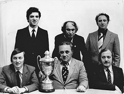 http://www.tabladeflandes.com/zenon2006/fotos/La-URSS-en-Malta-1980-Karpov,-Geller-y-Balashov,-parados-Kasparov,-Tal-y-Polugaevsky--Foto-APN.jpg