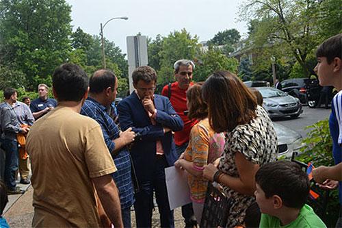 Levon Aronian rodeado de armenios