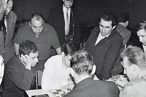 Oberhausen 1961 Tal y Petrosian entre los mironres más notables Foto © Gerhard Hund
