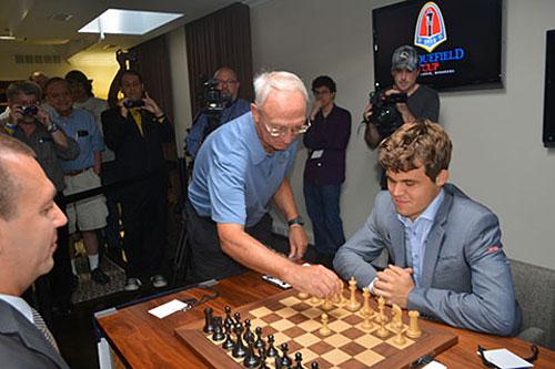 R 1 El patrocinador Rex Sinquefield hace la movida inaugural en Carlsen - Kamsky