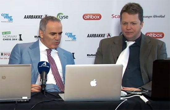 R1 Kasparov comentando las partidas con Short