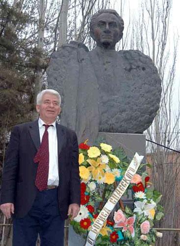 Spassky ante una de las estatuas de Petrosian en Ereván en 2004