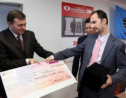 Topalov mirando su cheque donde curiosamente dice SOLO veinticinco mil euros. Zug 2013